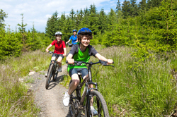 Familien auf Fahrradtour